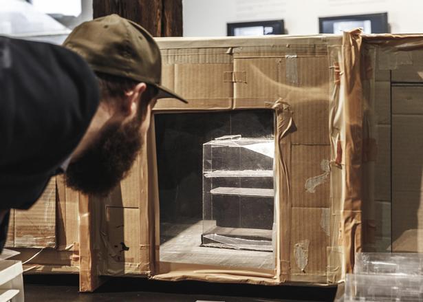 Avantgardearkitektur testes i denne 'gør det selv-vindtunnel' lavet af en bordventilator, papkasse og lidt røgelse.