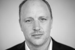 """TV 2 News' politiske journalist Knud Brix er aktuel med digtsamlingen """"Natfolden"""", der handler om magtkulturen på Christiansborg."""