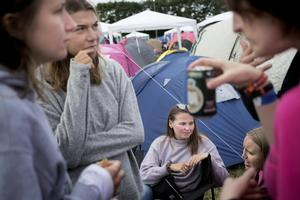 Lotte Møller og Nina Krebs (i lyserøde t-shirts) fra Dansk Kvindesamfund taler om tabuer, seksuelle grænser ogsamtykke med festivalgængere i Roskilde Festivals campingområde.