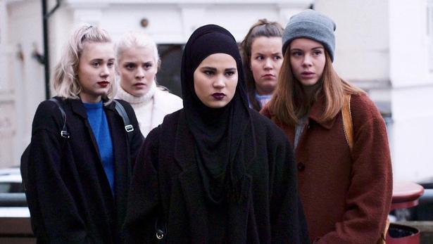 f.v.: Noora (Josefine Frida Pettersen),Vilde (Ulrikke Falch), Sana (Iman Meskini), Chris (Ina Svenningsdal) og Eva (Lisa Teige).