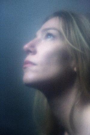 BRUG DETTE. AVISUDGAVE!!  Cille Hannibal har lavet en film om sorg: 'Den Nat Vi Faldt'. Cille begyndte at filme sin mor tre dage efter sin stedfars pludselige død. Filmen er en del af CPH:DOX.