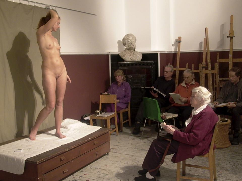 натурщица голая позирует художнику попросил перевернуться