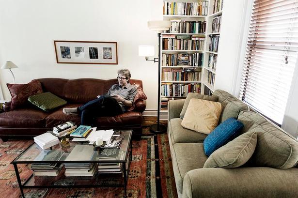 Prioriteringer. Jonathan Franzen i sin lejlighed på Manhattan. Han mener, at de sociale medier stjæler tiden fra vigtere ting - f.eks. at læse bøger. Foto: Bejamin Kürstein