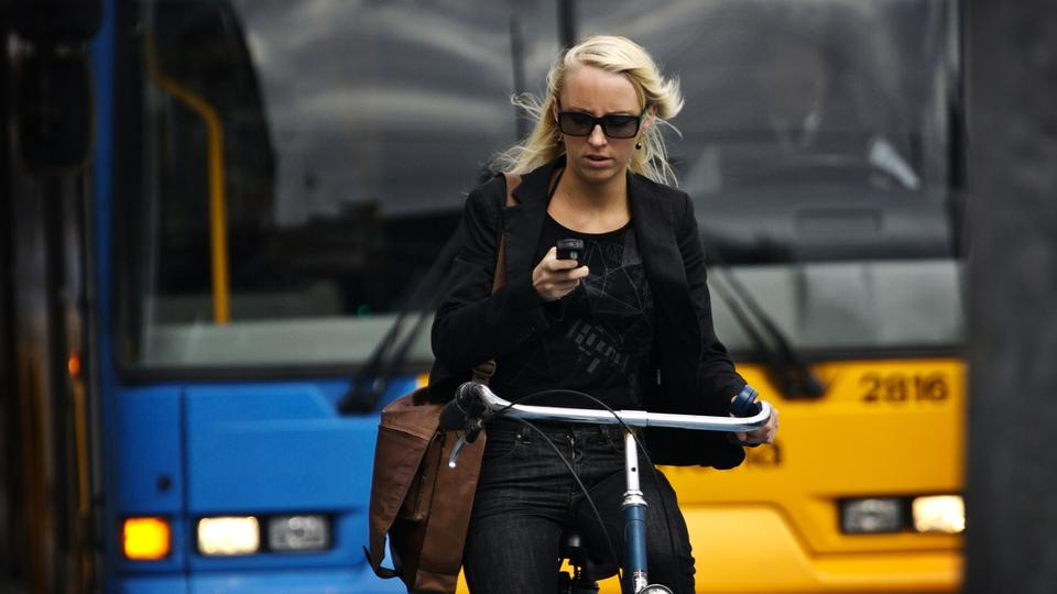 Cyklister taler i mobiltelefon