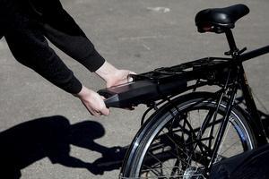 Test af elcykler. På de fleste cykler sidder batteriet monteret under bagagebæreren.