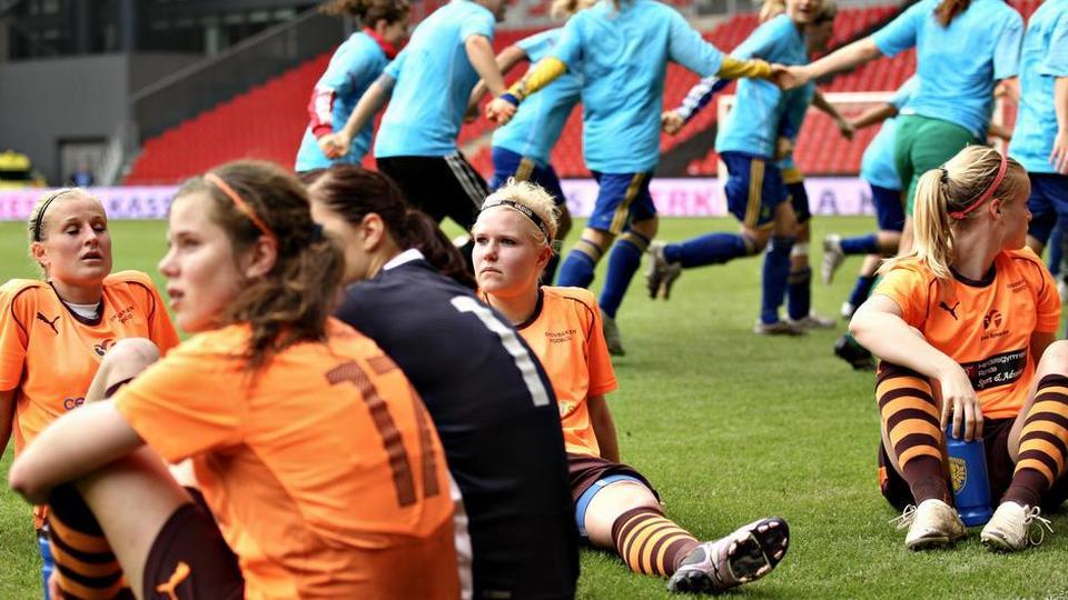 Skrivebordskrav spænder ben for kvindefodbold - politiken dk