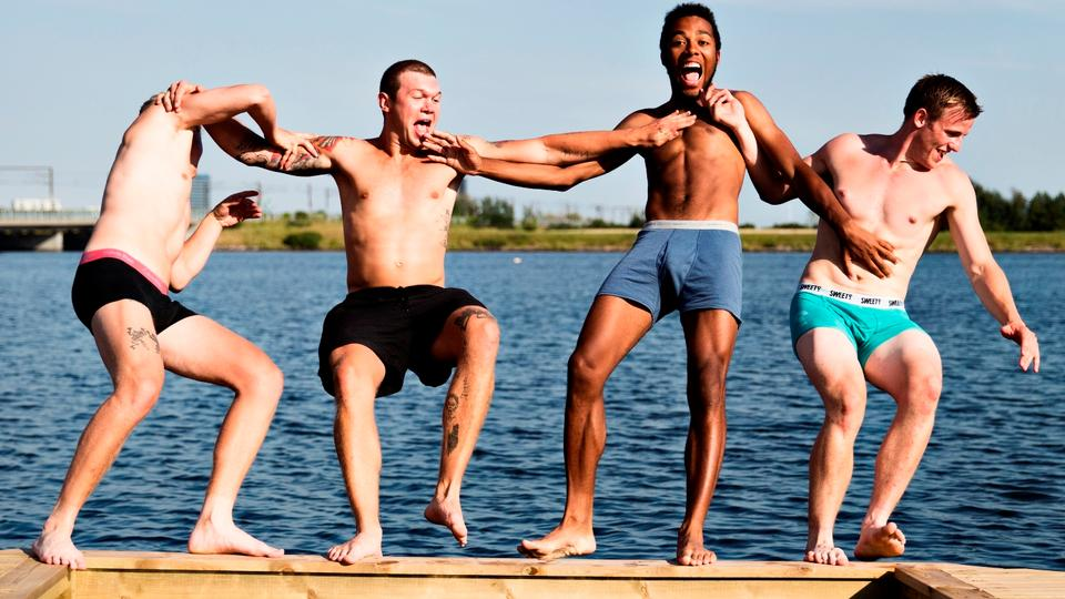 Minister. Danmark donerer millioner til afrikanske homoseksuelle i juni: Månen bader i jordskin, himmellegemer danser, og du får årets længste dag.