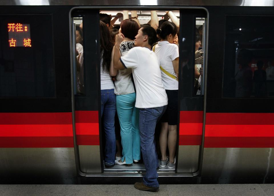 Прижался спереди к женщине в транспорте