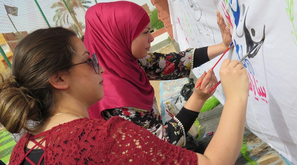 09a718699e6 Hun er en af fem unge fra Mjølnerparken – den københavnske version af en  ghetto – som besøger nogle unge i dette enorme slumkvarter midt i Kairo.