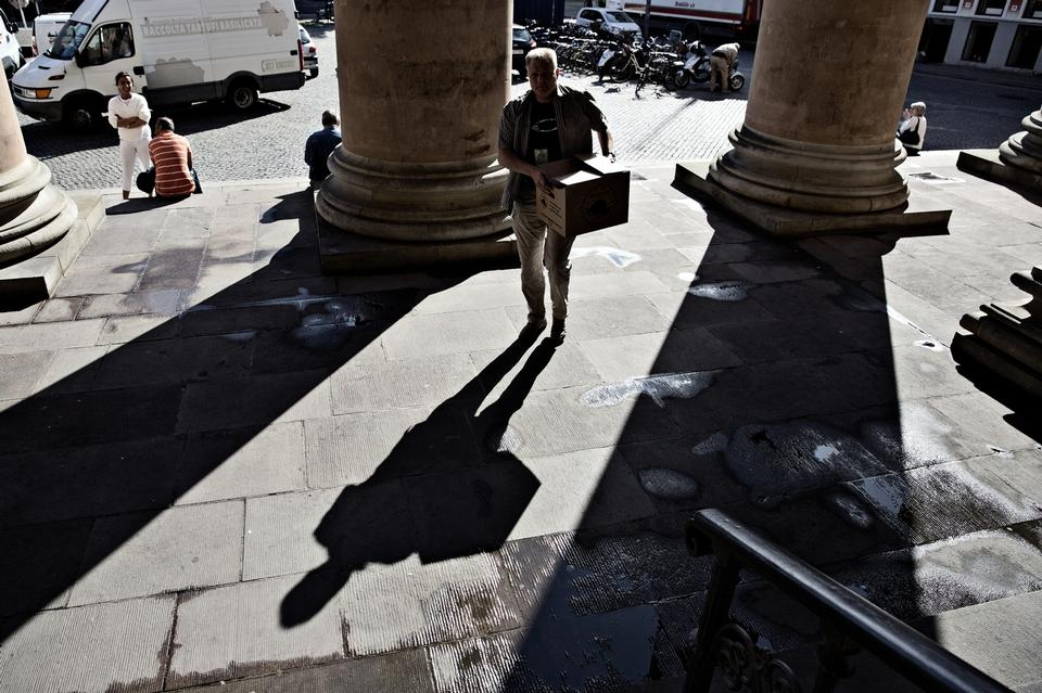Grubler-statuen ankommer som bevismateriale til byretten i en gammel papkasse.