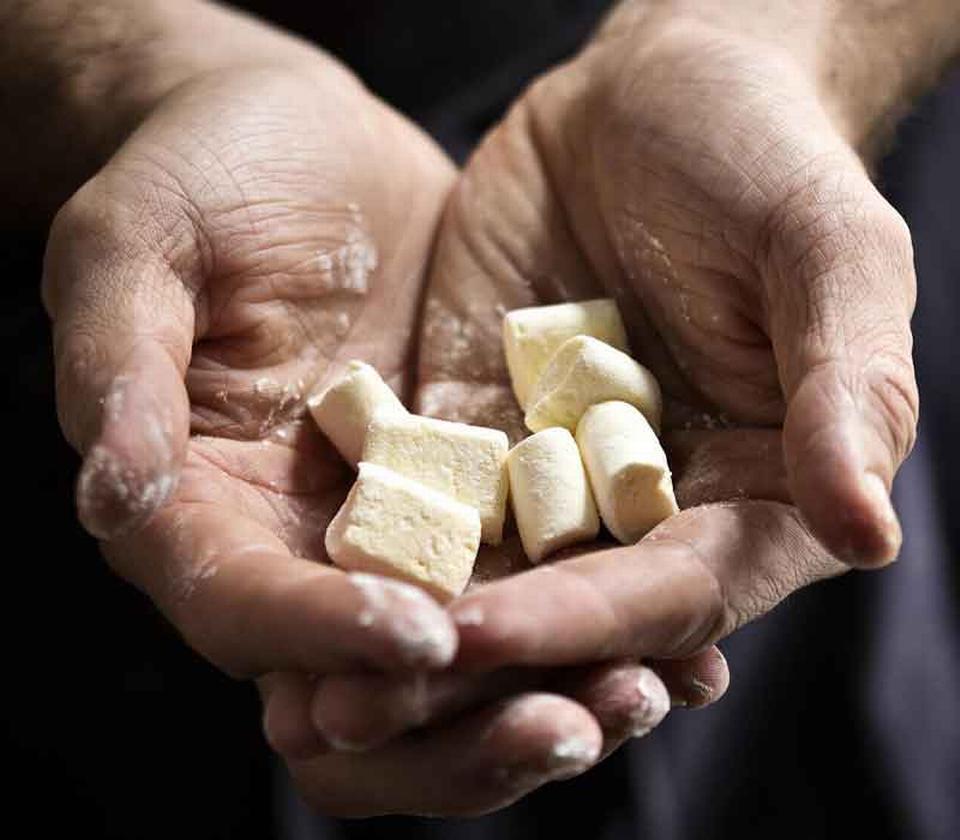 Guf. Man kan forme sine marshmallows, som man lyster – kun fantasien sætter grænser. Til gengæld er der ikke de store frihedsgrader, når det gælder temperaturen under arbejdet med sukkermassen – den skal være præcis, og man må derfor bruge et stegetermometer.