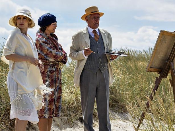 Fru Helene Aurland (Cecilie Stenspil), fru Therese Madsen (Anne Louise Hassing) og hr. Aurland (Peter Hesse Overgaard) nyder livet ved Jammerbugten.