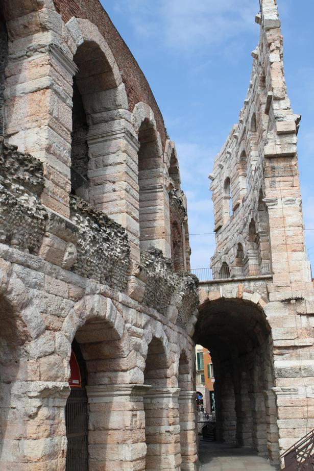 Arena, som blev bygget omkring år 100, er i god stand og bruges til operaforestillinger om sommeren.