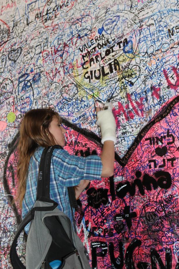 Væggene i Julies Hus er overmalet med kærlighedsgrafitti – både med latinske og kyrilliske bogstaver.