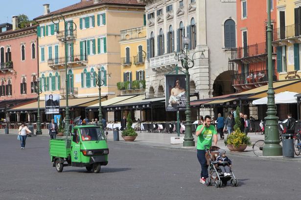 Fra pladsen Piazza Bra, hvor der ligger elegante cafeer og restauranter med udendørs borde, kan man se til det næsten 2.000 år gamle, imponerende romerske amfitater Arena.