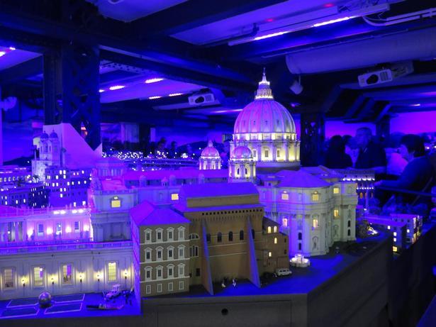 Engang imellem bliver lyset slukket i Miniatur Wunderland, og så kan man f.eks. opleve Rom by night.