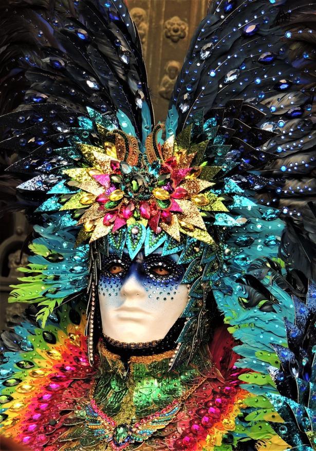 Karneval i Venedig, hvor mennesker går i tøj som på solkongens tid.