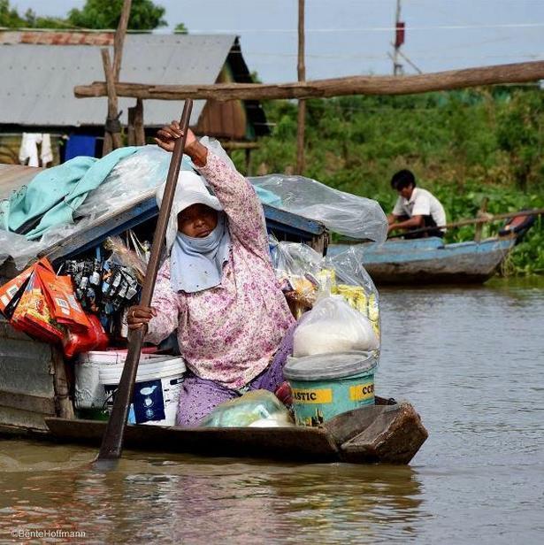 En grøntsagssælger er på vej med sine varer i den flydende by Phoum Kandal i Cambodia.