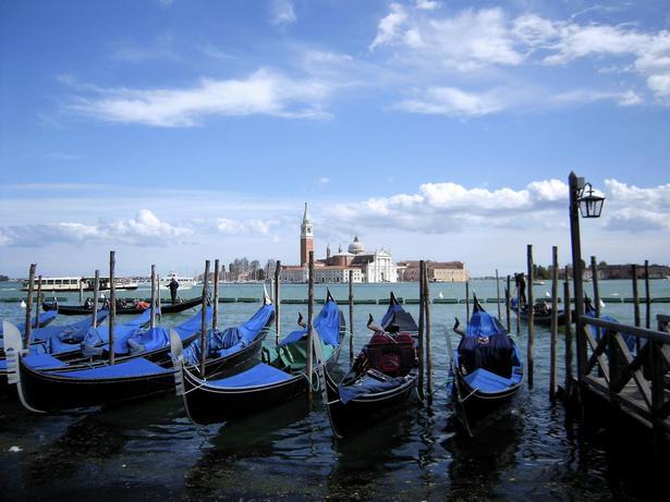 Venedig er gondolernes by men også den synkende by, næsten imod naturlovene at den stadig holder sig oven vande.