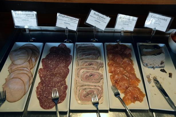 Morgenbuffeten på Hotel Ringkøbing har både kødpålæg og lidt lettere anretninger.