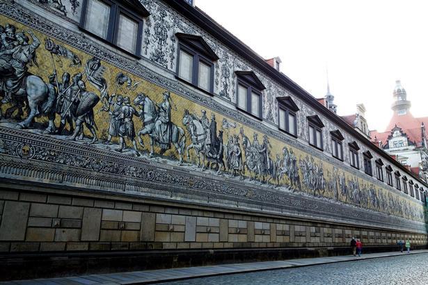 Den over 100 meter lange frise Fürstenzug var oprindelig malet, men siden blev billederne udført i Meissen-porcelæn, for at gøre frisen modstandsdygtig over for vejr og vind. På det lille billede til højre ses Semperoperaen.
