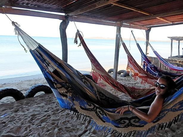 Natten tilbringes oftest i hængekøjer på stranden, hvor man for 15 kr. ekstra kan få den mere komfortable hængekøje, Hængekøjerne og farverige tasker sys af Wayuu-folket og sælges til turister.