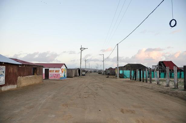 På hovedgaden i Cabo de la Vela er trafik sjælden, og gaden bliver mest brugt af legende børn. Den trafik, der så er, kommer mest før solen står op. Her kører firehjulstrækkere videre mod Punta Gallinas, Sydamerikas nordligste spids, fem timers kørsel væk.
