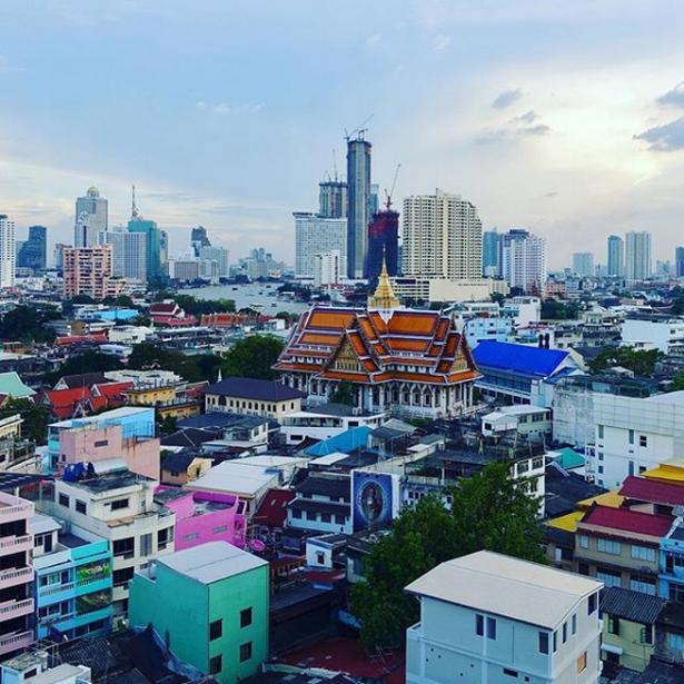 Drinks på en rooftop-bar med udsigt over Thailands hovedstad, Bangkok.