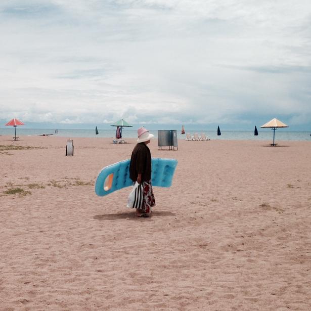 Ved søen Issyk-Kul i Kirgisistan er det blevet stranddag for de lokale.