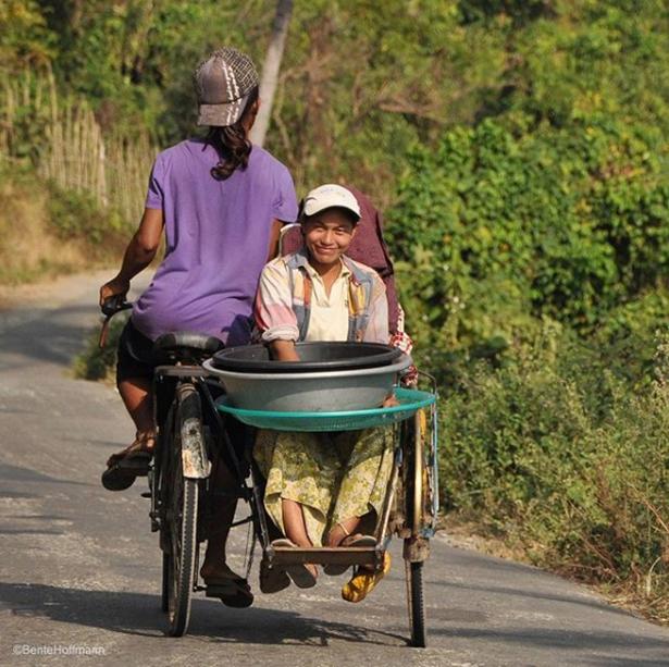 På en øde landevej i Ngwe Saung i Myanmar møder man pludselig det varmeste smil fra en cyklist.
