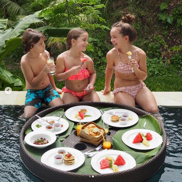 Morgenmaden nydes i poolen i Ubud på den indonesiske ø Bali.