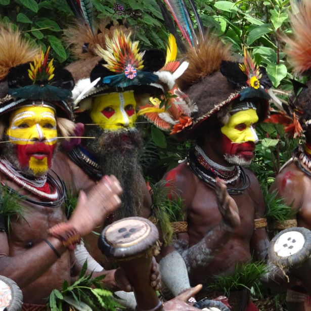 På besøg hos de farverige stammekrigere i det uudforksede, men fantastiske land, Papau Ny Guinea.