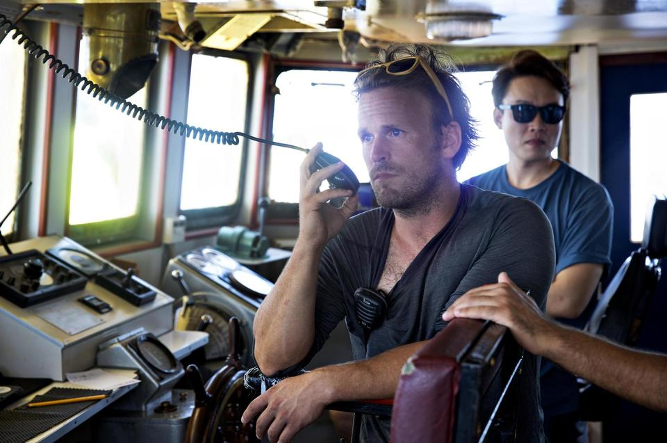 Dutch Nico is the leader of Mission 6. Behind him is the captain of the ship, the South Korean Kim.