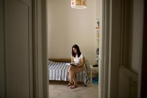 Sofia Asimakopoulou vil ikke ligge sin mor til last, så hun knokler for at gøre sin uddannelse færdig, så hun kan få et job.